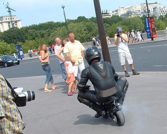 Ghost Rider dans Paris avec sa Pocket Bike