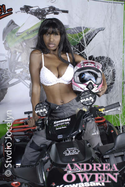 Photo sexy d'Andréa Owen sur un quad Kawasazi