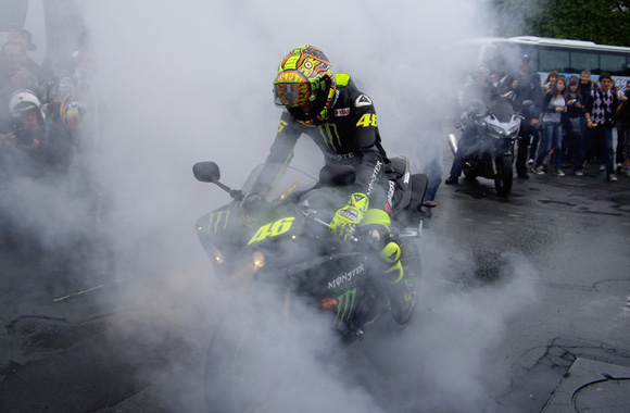 El doctor qui fait un burn avec la Yamaha R1 Monster Energy #1
