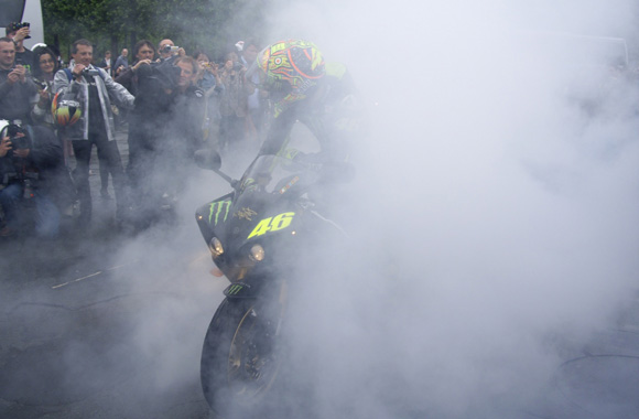 El doctor qui fait un burn avec la Yamaha R1 Monster Energy #2