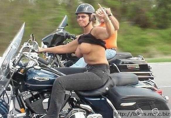 Gros seins sur des motos