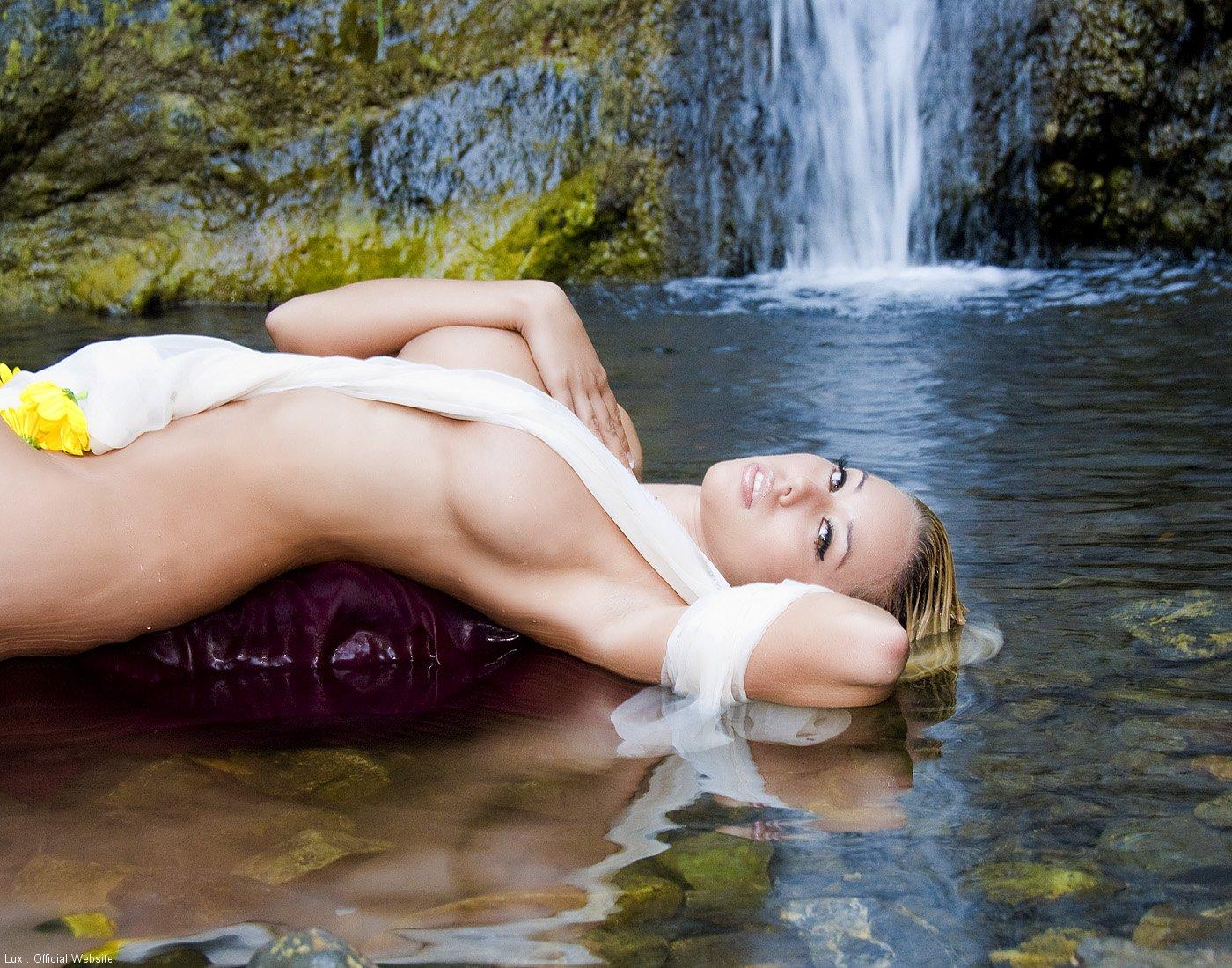 Lux, la blonde motarde nue sous une cascade