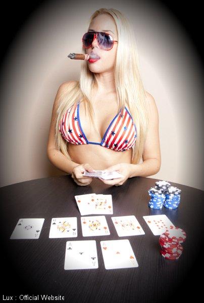 Lux, la blonde motarde fait un strip poker