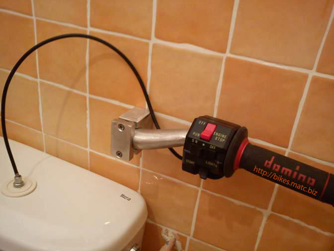 Objets bien délire Biker-toilet-flush-small