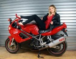 Rose qui pose sur une Ducati