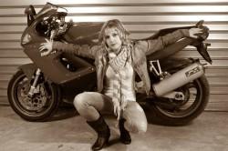 Rose et sa Ducati en noir et blanc
