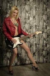 Rose qui joue de la guitare en tenue sexy