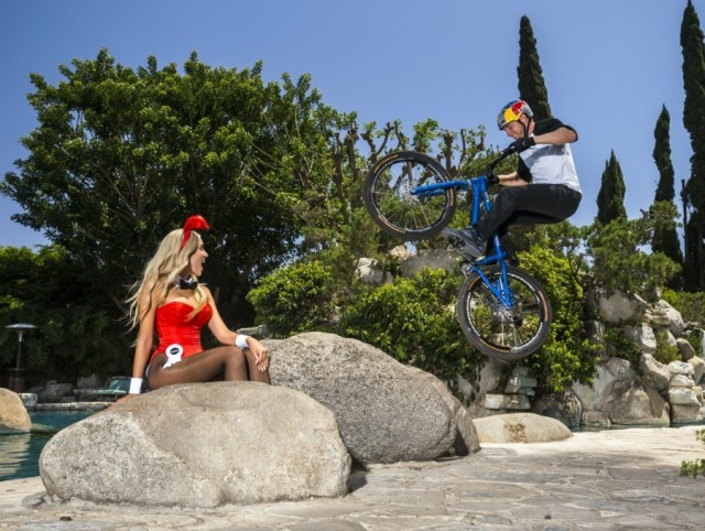 Danny MacAskill Playboy Mansion saut devant une pin'up