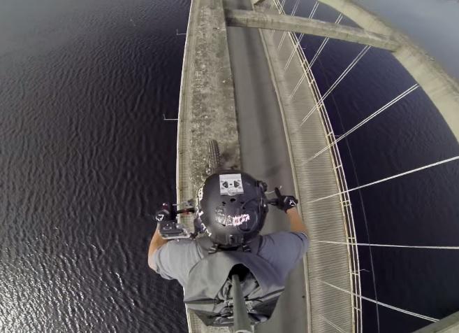 rouler sur l'arche d'un pont en trial