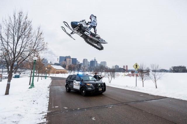 Motoneige VS Police