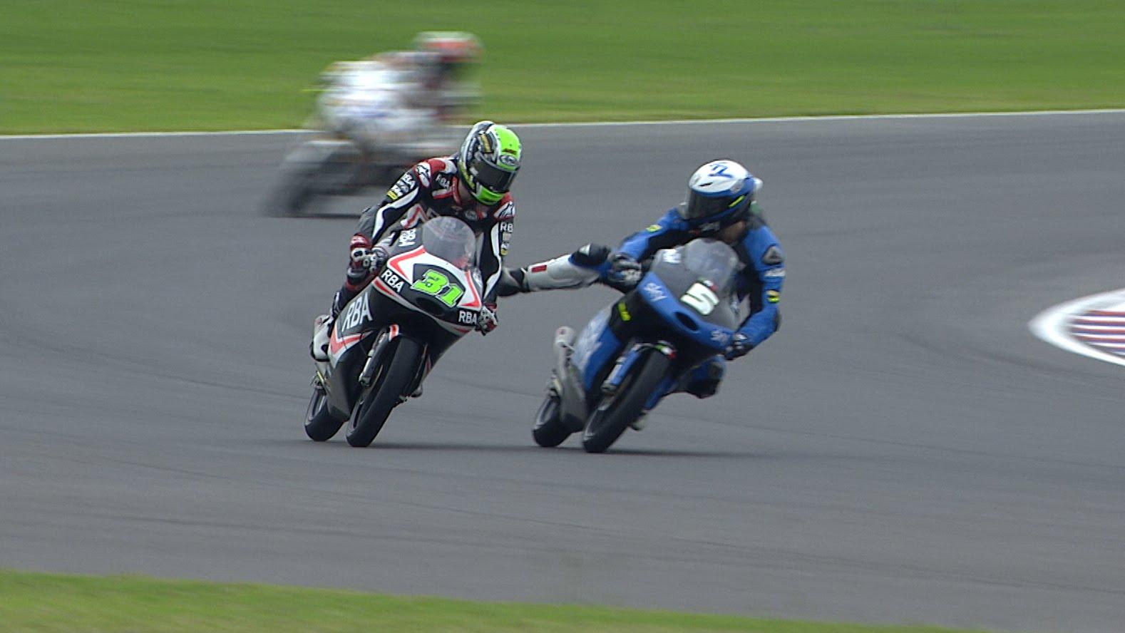MotoGP : Romano Fenati donne un coup de pied à Niklas Ajo