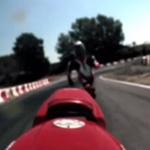 pilote court après moto