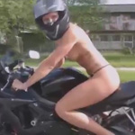 femme moto nue