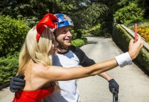 Danny MacAskill Playboy Mansion selfie avec une pin'up