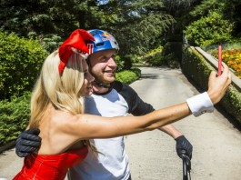 Danny MacAskill Playboy Mansion selfie avec une pin'up