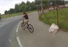 une cycliste perd sa jupe